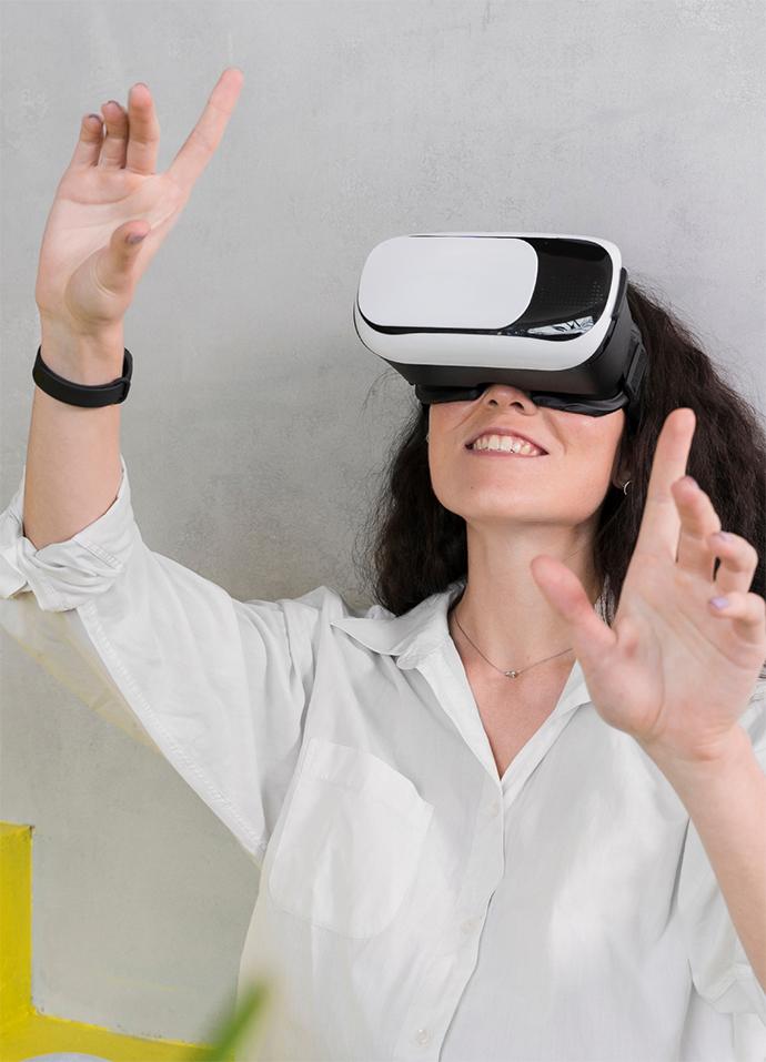 Mulher fazendo gestos e utilizando óculos de realidade virtual